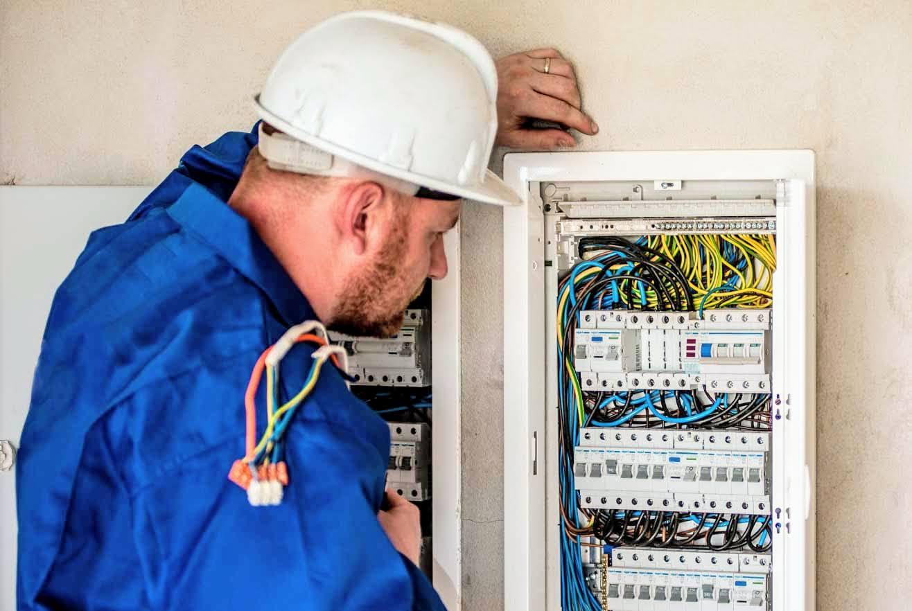 Als Elektroinstallateur Elektriker Elektroniker in der Schweiz arbeiten / Elektroinstallateur Job / Jobs Schweiz Österreich Deutschland